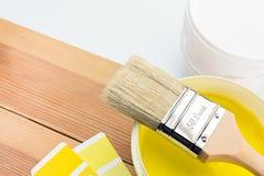 与颜色指南和被打开的罐头的刷子油漆 库存图片