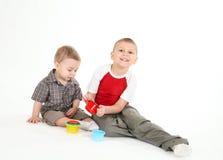 与颜色玩具的儿童游戏。 免版税库存图片