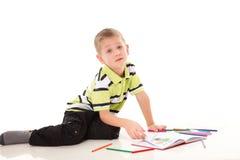年轻男孩画与被隔绝的颜色铅笔 库存图片