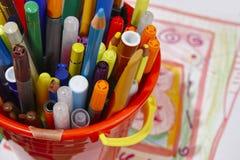 与颜色铅笔和图画的五颜六色的标志 学校materia 库存图片