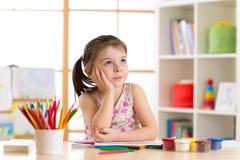 与颜色铅笔的梦想的儿童女孩图画 免版税库存照片