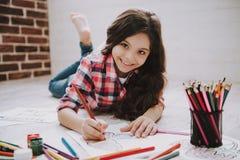 与颜色铅笔的逗人喜爱的女孩图画图片 库存照片