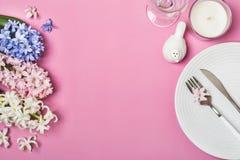 与风信花的春天欢乐表设置在桃红色背景开花 库存图片