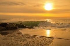 与风大浪急的海面,意大利的日落 图库摄影