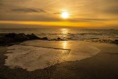 与风大浪急的海面,意大利的日落 免版税库存图片