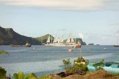 与风帆的一艘客船被松开在海军部海湾, bequia 免版税库存图片
