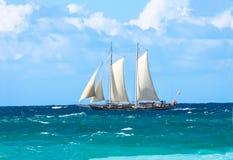 与风帆的高帆船在浪潮起伏的海洋 免版税库存图片