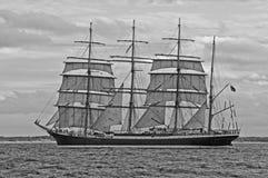 与风帆的Sailship航行有岸的在背景中 图库摄影