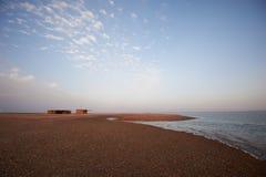 与风平浪静和村庄的美好的风景 免版税库存图片