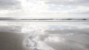 与风平浪静的低潮 免版税库存图片