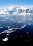 与风平浪静的南极半岛 图库摄影