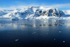 与风平浪静的南极半岛 库存照片