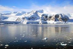 与风平浪静的南极半岛 免版税图库摄影