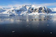 与风平浪静的南极半岛 免版税库存图片