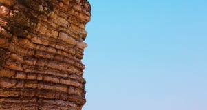 与风景层状岩石的全景自然背景 免版税库存照片