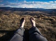 与风景的赤脚在背景中 免版税库存图片