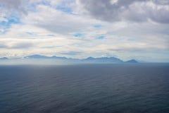与风景薄雾和雾的南非海岸在海洋,厄加勒斯角,开普敦半岛,开普敦,旅行目的地 严重 免版税图库摄影