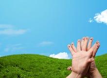 与风景风景的快乐的手指面带笑容在背景 免版税库存图片