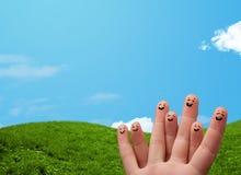 与风景风景的快乐的手指面带笑容在背景 免版税库存照片
