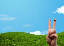 与风景风景的快乐的手指面带笑容在背景 库存图片