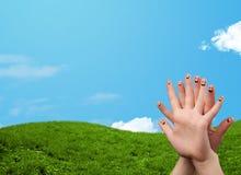 与风景风景的快乐的手指面带笑容在背景 库存照片
