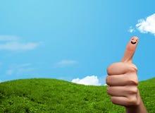 与风景风景的快乐的手指面带笑容在背景 免版税图库摄影
