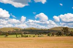 与风电涡轮的美丽如画的乡下风景 免版税库存图片