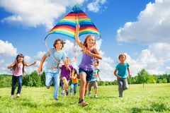 与风筝的许多激活孩子 免版税库存照片