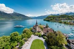 与风船的施皮茨城堡在湖图恩在伯尔尼,瑞士 免版税库存照片