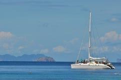与风船的蓝色风平浪静明白天空 库存图片