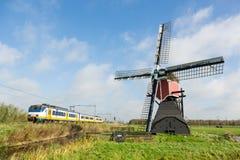 与风车和火车的荷兰风景 免版税库存照片