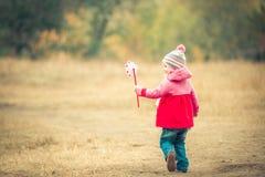 与风车的小女孩天 免版税库存照片