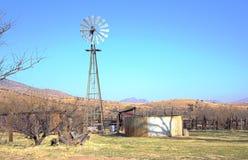 与风车的山风景 免版税库存图片