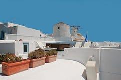 与风车的Oia大阳台在圣托里尼,希腊 库存图片