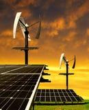与风轮机的太阳能盘区 库存照片
