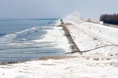 与风轮机的荷兰海岸冬天和冻海 免版税库存图片