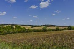 与风轮机的Eco领域 免版税库存图片