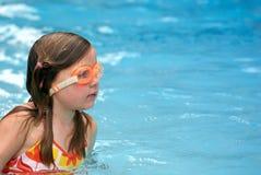 与风镜的女孩游泳 免版税库存图片