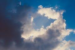 与风雨如磐的云彩和阳光的剧烈的天空 免版税库存照片