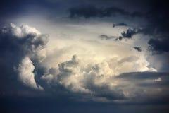 与风雨如磐的云彩的剧烈的天空在雨前 库存图片