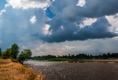 与风雨如磐的云彩的剧烈的天空 免版税图库摄影