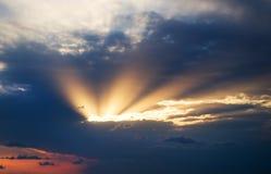 与风雨如磐的云彩的剧烈的天空 库存照片