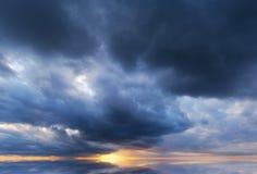 与风雨如磐的云彩的剧烈的天空 库存图片