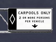 与风暴天空的仅顶上的高速公路合伙使用汽车标志 免版税库存图片