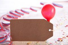 与飘带,气球,拷贝空间的党标签 免版税库存照片