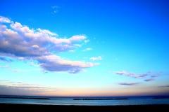 与飘渺云彩的天空在海 库存图片