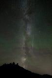 与飞星和大气光的银河在Perseids流星雨,北达科他期间 免版税库存照片