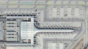 与飞机、机场主楼和跑道的机场空中顶视图 影视素材