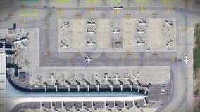 与飞机、机场主楼和跑道的机场空中顶视图 股票视频