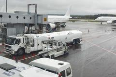 与飞机的机场逃亡在一个雨天 旅行 库存图片